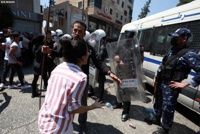Répression par la police de l'Autorité palestinienne, d'une manifestation à Ramallah en Palestine occupée – Photo : via Al-Shabaka